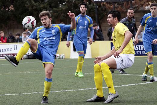 Sergi Serra trata de controlar el balón ante un jugador del San Rafael (Fotos: Serge Cases)