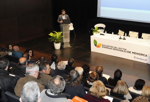 El director general de Energía y Cambio Climático del Govern balear Joan Groizard durante su intervención en el Auditori de Ferreries. Foto: Tolo Mercadal.