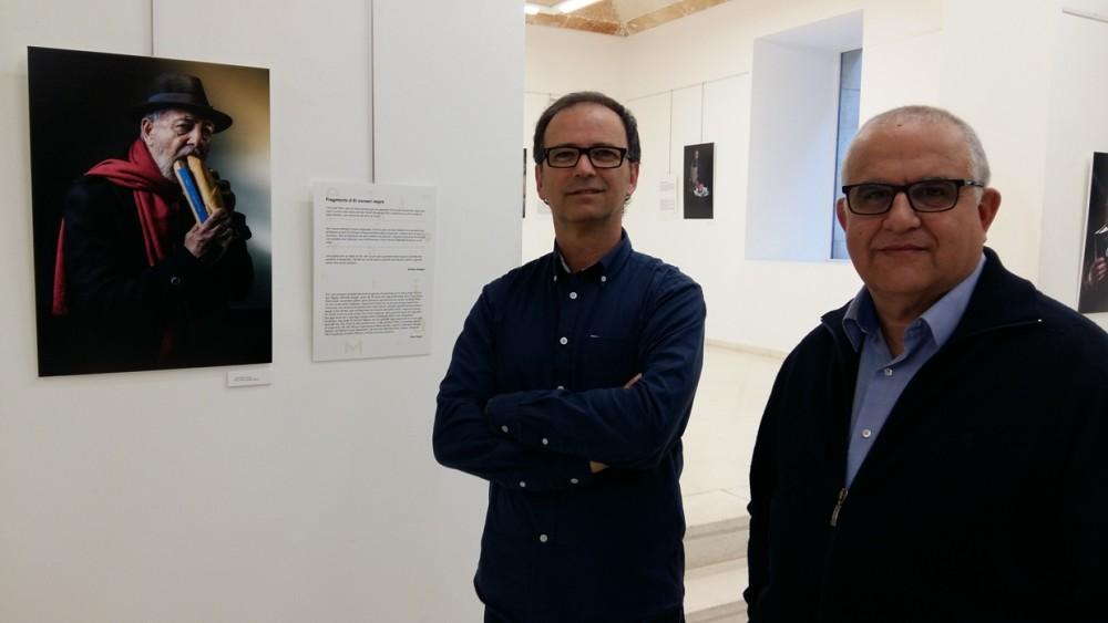 Álvaro Anglada (izquierda) y Pau Gener (derecha) en el Espai Xec Coll junto a la fotografía de Pau Faner.