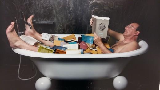 Antoni Català dándose un baño de libros.