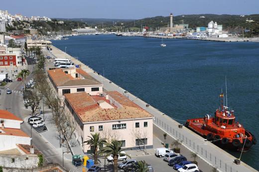 El puerto de Maó, cerrado por el fuerte viento.