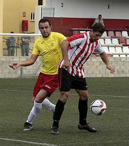 David Mas controla un balón ante un defensa del Campos (Fotos: deportesmenorca.com)