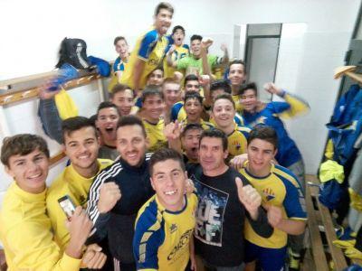 Los jugadores del Atlético Villacarlos, celebrando el título.