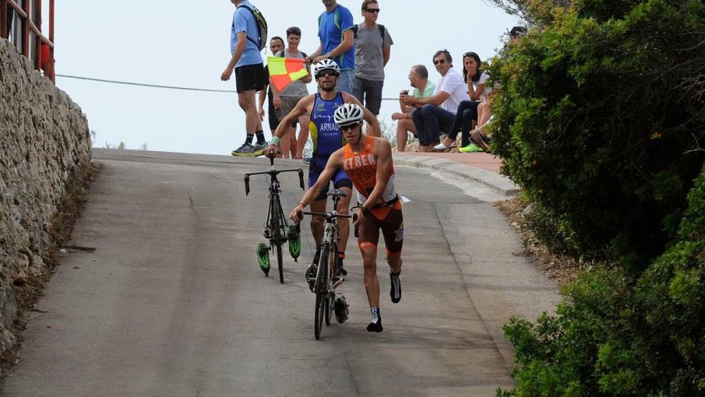 Nil Riudavets y Paco Arnau, tras acabar el trayecto en bicicleta (Fotos: Tolo Mercadal)