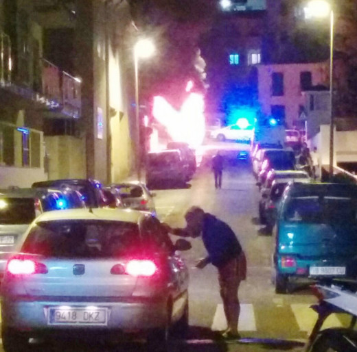 Momento del incendio en pleno centro de Alaior (Foto: Iván Fàbregues)