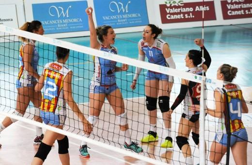 Celebración de un punto ante el Volley Madrid (Foto: Tolo Mercadal)