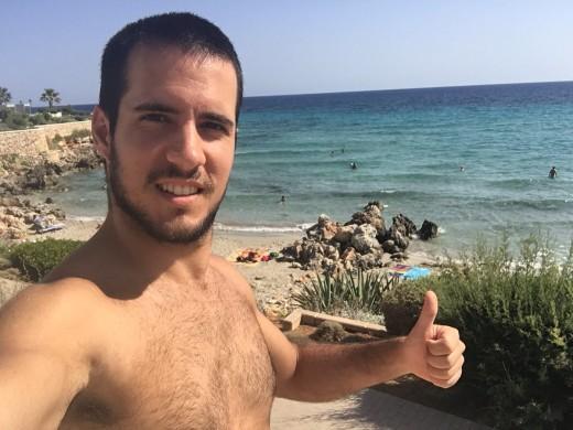 Anikilo, fotografiándose en una playa de Menorca.