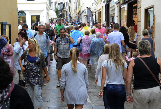 Turistas paseando por el centro de Maó (Foto: Tolo Mercadal)