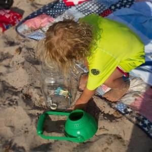 Un niño recoge residuos en una imagen captada en una playa de Menorca.