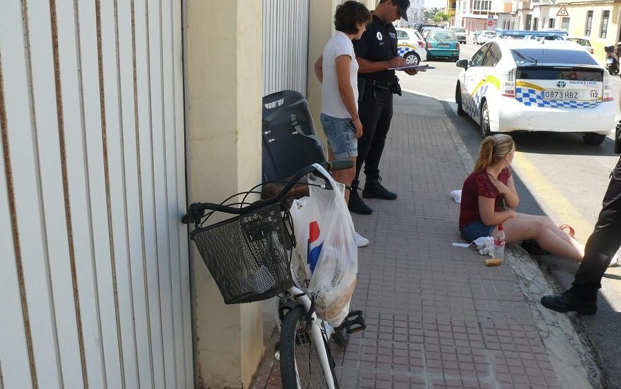 Causa la caída de una ciclista tras abrir la puerta de su coche mientras circulaba por Ciutadella
