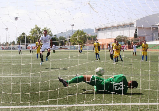 Jesús Sastre le detiene un penalti a Piquero (Fotos. noudiari.es)
