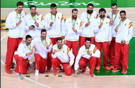 Llull, con la medalla junto al resto del equipo