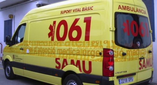 Una ambulancia del 061 trasladó a la herida al centro de salud Canal Salat.