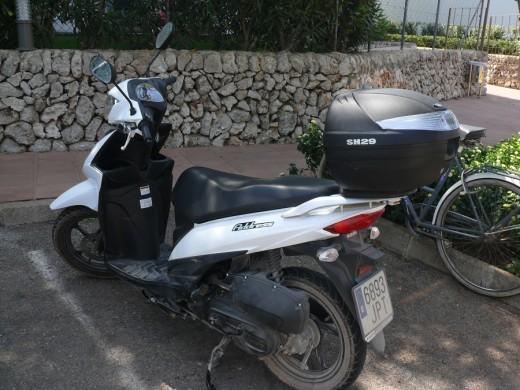 Entre un coche y una moto.
