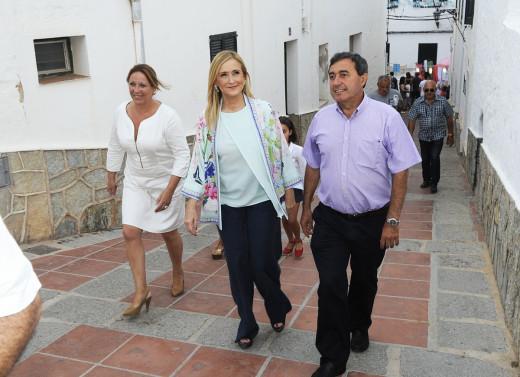 Cristina Cifuentes y Xisco Ametller, caminando por Es Mercadal.