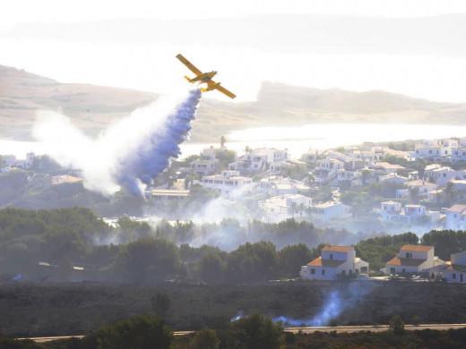(Fotos) 20 personas tratan de extinguir de forma definitiva el incendio de Es Mercadal