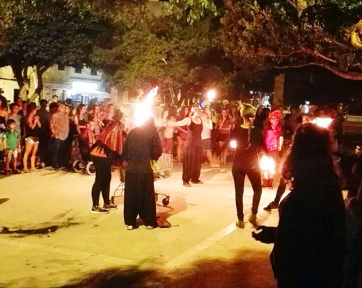 Batucada y pasacalles, anoche en Maó (Foto: Angela)