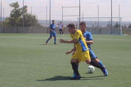 Heleniotrata de alcanzar un balón (Fotos: futbolbalear.es)