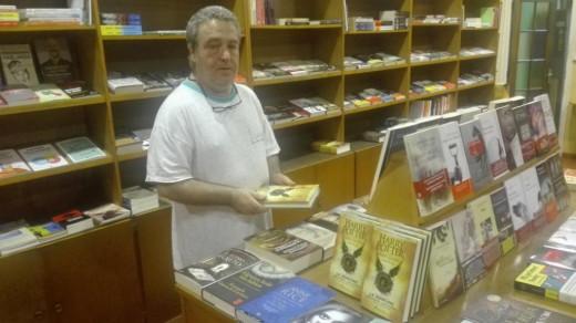 Los libros se colocaron en los estantes tras cerrar la librería.