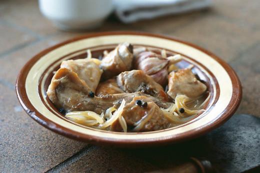 La cocina menorquina ofrece platos como el conejo en salsa.