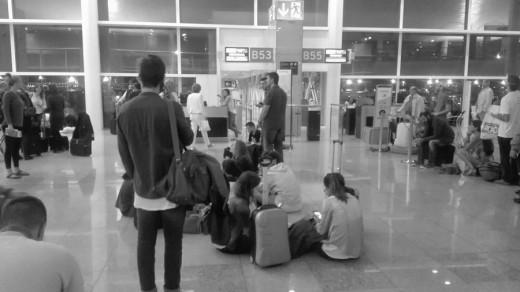 Tirados en el aeropuerto.