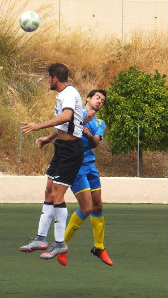 Llopis salta a por un balón ante un jugador del Llosetense (Fotos: futbolbalear.es)
