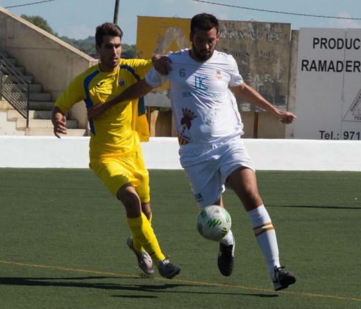 Marcos Vaquero trata de frenar a un jugador del Felanitx (Foto: futbolbalear.es)