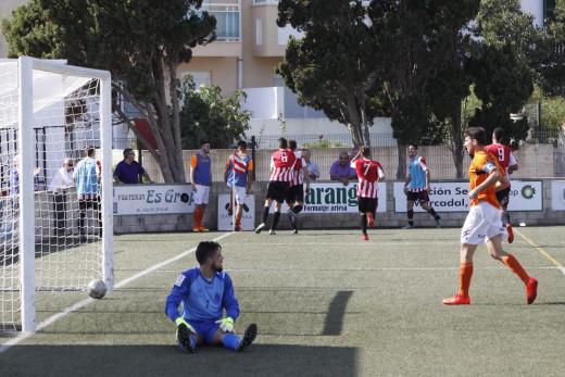 Celebración de un gol ante el Platges de Calvià (Fotos: deportesmenorca.com)