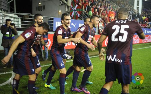 Enrich, felictado por sus compañeros tras el gol a Osasuna (Foto: laliga.es)