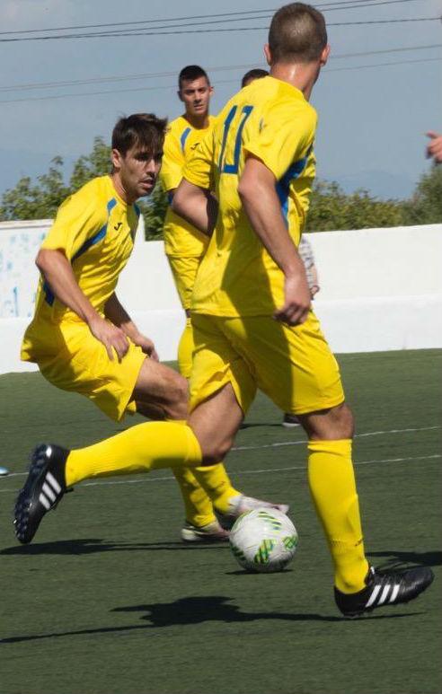 Marcos Vaquero controla un balón (Foto: futbolbalear.es)