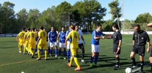 Saludos de los dos equipos antes del inicio del encuentro (Foto: noudiari.es)