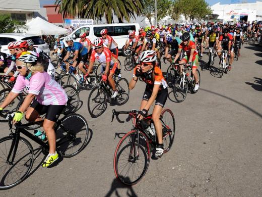 (Fotos) La Volta Cicloturista a Menorca ya rueda