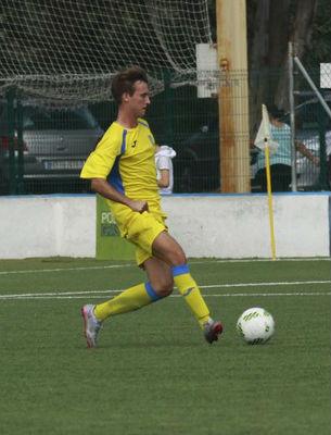 Carlos Febrer desplaza un balón (Foto: futbolbalear.es)