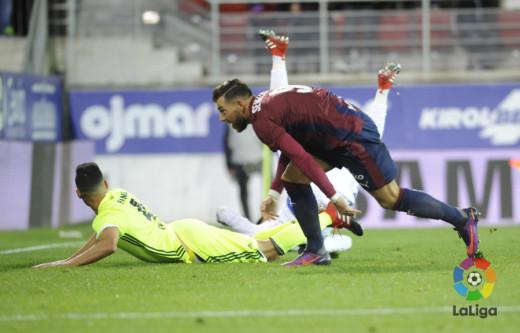 Sergi Enrich trata de alcanzar un balón durante el partido.