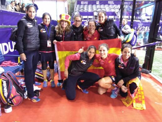 Foto de familia de las campeonas del mundo por equipos.