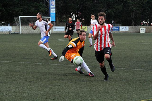 Izan supera al portero en un momento del partido (Fotos. deportesmenorca.com)