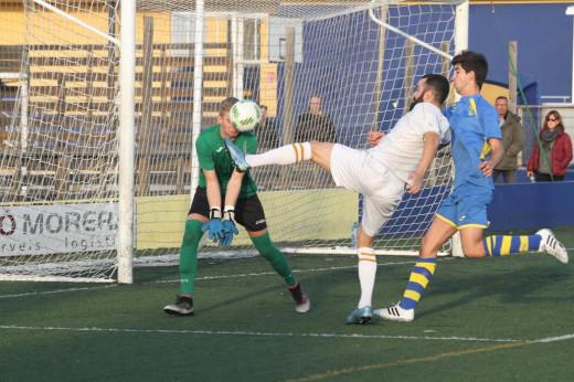 Noel trata de tapar el remate de Nico (Fotos. deportesmenorca.com)
