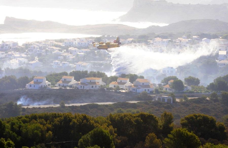 Hidroavión volando sobre las zonas afectadas por el incendio en Es Mercadal (Foto: Tolo Mercadal)