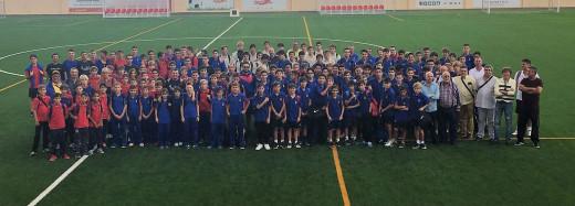 Los jugadores de Menorca, junto al resto de participantes en una foto de familia (Foto: FFIB)