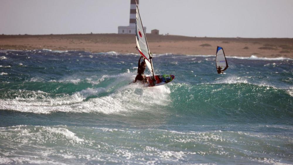 La playa se llenó de windsurfistas el martes.