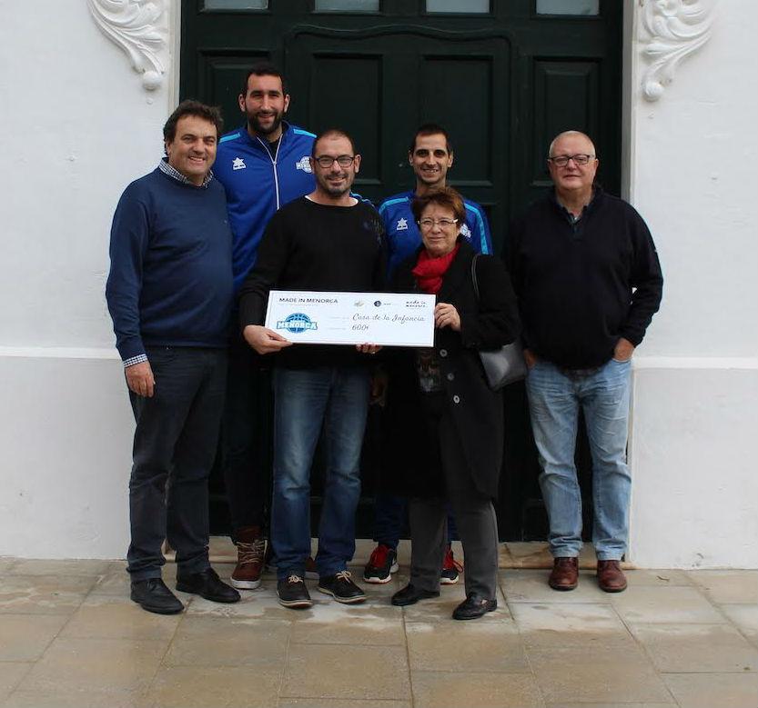 Imagen de la entrega del dinero recaudado (Foto: Bàsquet Menorca)