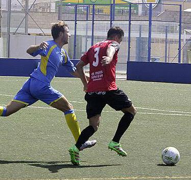 Arrancada de Carlos por banda derecha (Fotos: deportesmenorca.com)