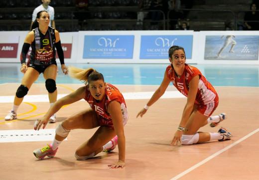 Eli Gener, Bea Vázquez y María Barrasa, durante un punto.