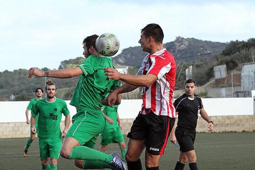 Pepo despeja un balón aéreo (Fotos: deportesmenorca.com)