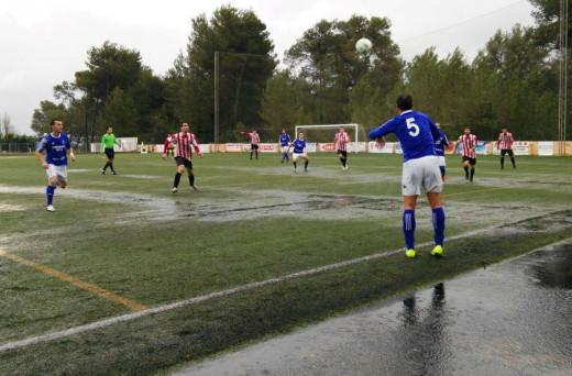 Enric saca de banda en un momento del partido, con el campo lleno de agua (Foto: CF San Rafael)