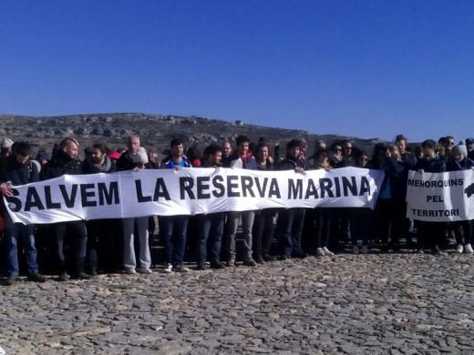 (Fotos y vídeo) Un abrazo marino para salvar la reserva de Fornells