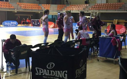 Jugadoras y técnicos del Avarca, tras ganar el tercer set (Foto: CV Barcelona)