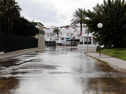 (Vídeo y fotos) La lluvia hunde tres embarcaciones en Cala en Bosch