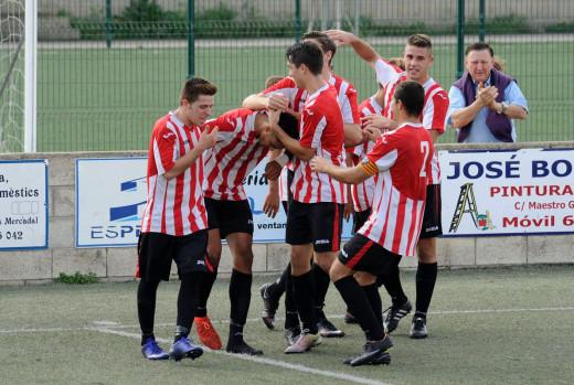 Celebración de un gol del Mercadal ante el Formentera (Foto: Tolo Mercadal)