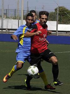 Fabri presiona a un rival.